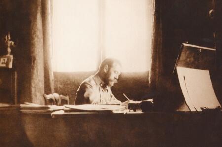 Император Николай II за работой