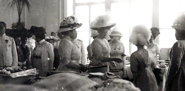 Императрица во время посещения одного из благотворительных базаров