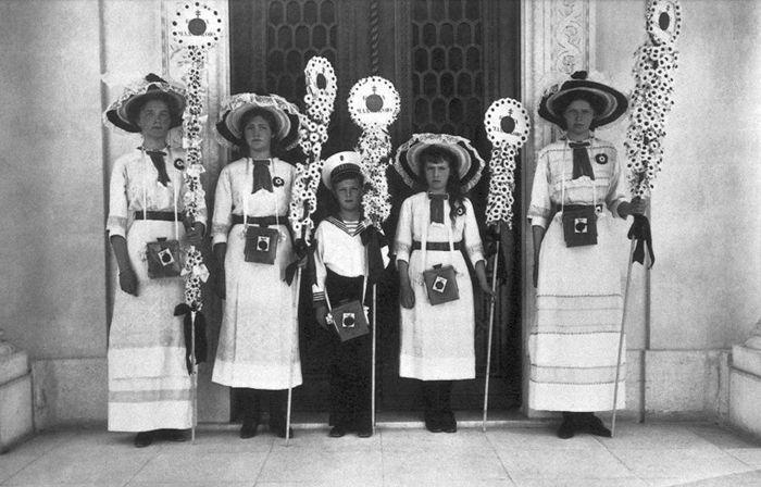 Царские дети на празднике Белого Цветка в 1912 г.