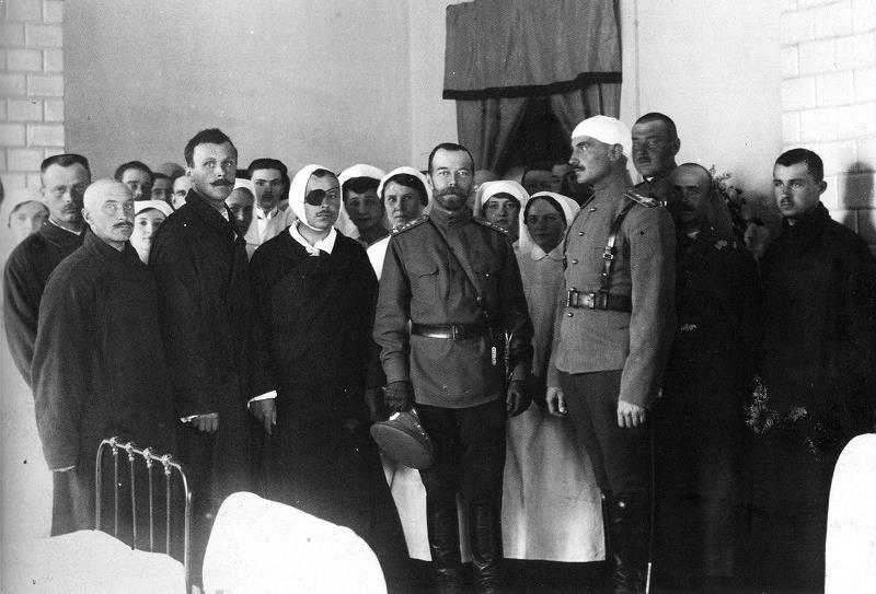 Император Николай II посещает военный госпиталь