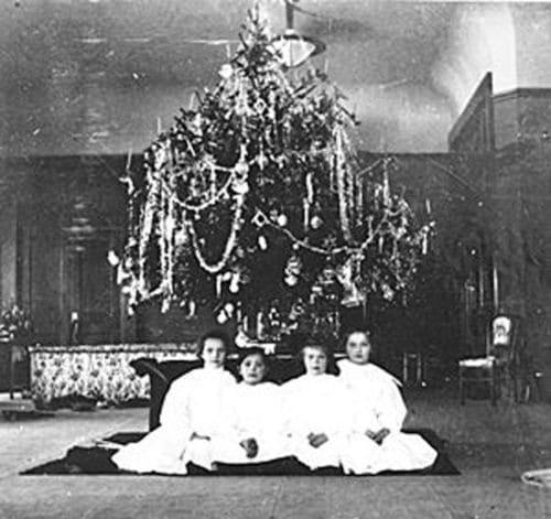 Рождественская елка в Александровском дворце Царского Села. Фото начала XX в.