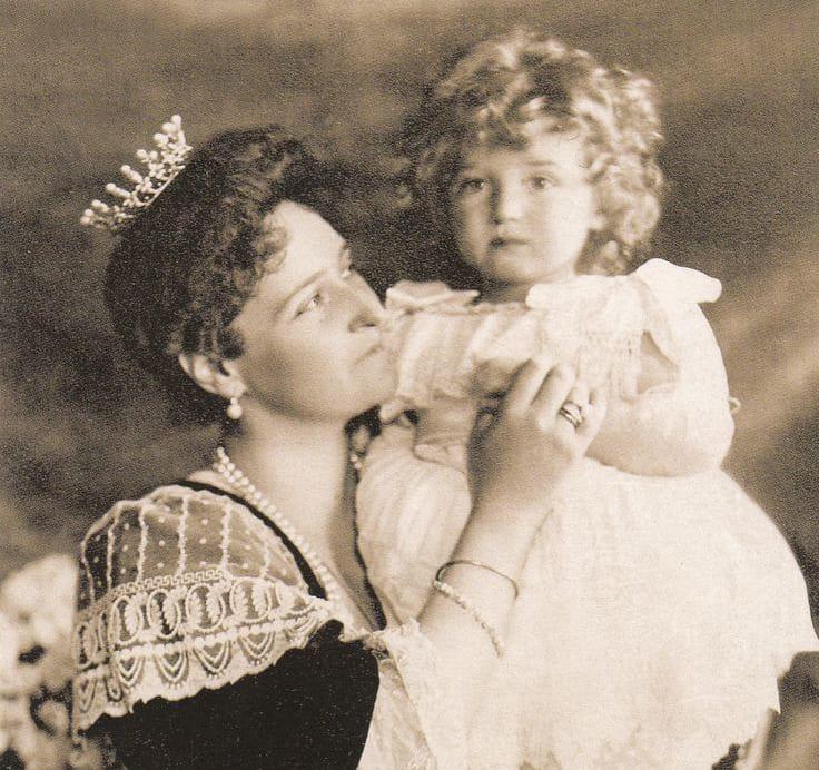 Государыня императрица Александра Фёдоровна с сыном цесаревичем Алексеем
